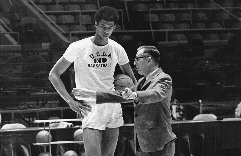 Coach ban đầu được hiểu là huấn luyện viên thể thao